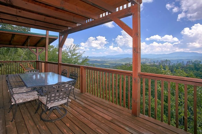 3 Bedroom Cabin with Private Deck Dining Area - Lasting Impression