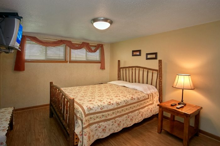 6 Bedroom Cabin with 5 Queen and 2 King Bedrooms - Lazy Days Lodge
