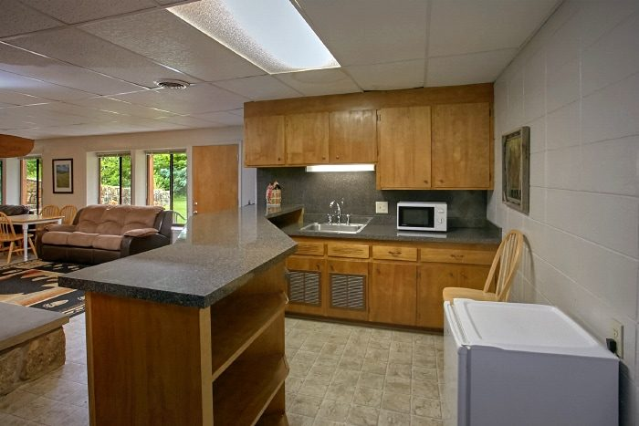 Large Family Cabin with Den and Kitchenette - Lazy Days Lodge