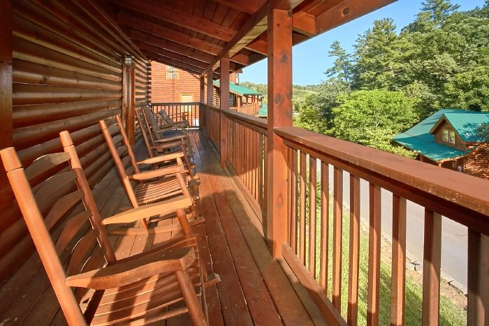 2 Bedroom Cabin with Rocking chairs and Swing - Lookin Up