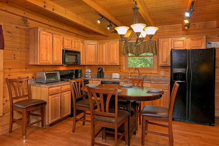 Spacious 3 bedroom Cabin with Full Kitchen - Moonshine Inn