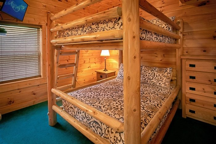 Cabin with Queen bunk beds - Moonshine Manor