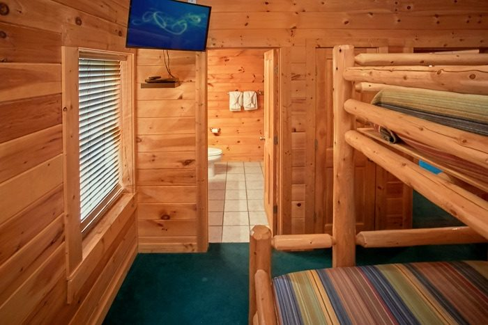 Cabin with queen bunk beds and TV - Moonshine Manor