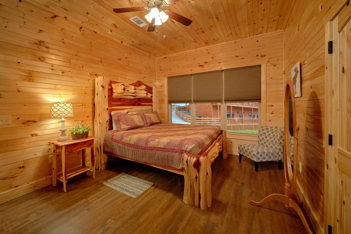 8 Bedroom Cabin with a Main-Level Master Bedroom - Mountain View Pool Lodge