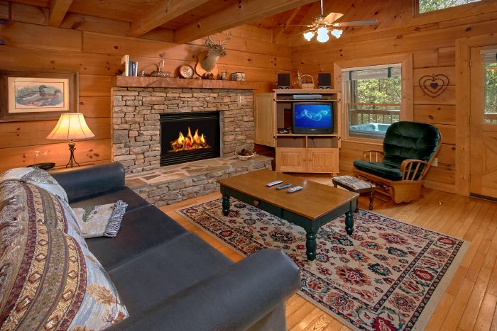 Cabin with Living Room Fireplace - Mountain Retreat Kimbles