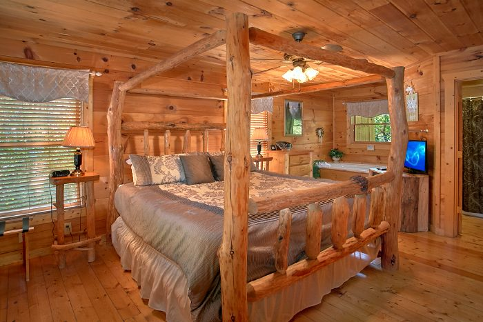 Honeymoon Cabin with Luxurious King Bed - Naughty Pines