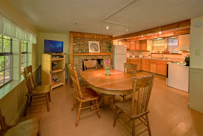 Group Size Cabin with Large Dining Area - On the Creek