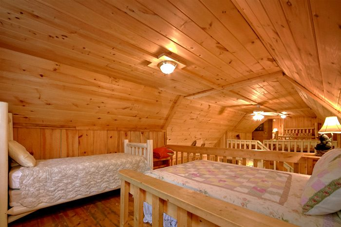 Cozy Loft Area with a Queen and Twin bed - On the Creek