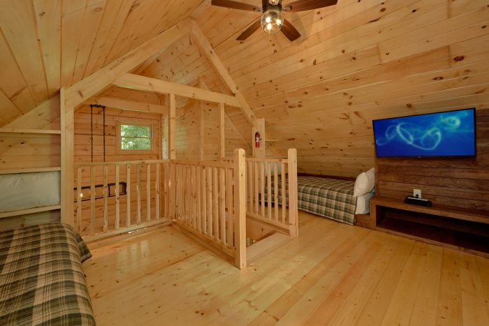 Cabin with Loft bedroom with 2 full beds and TV - Out On A Limb