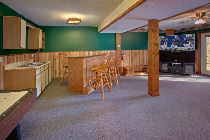 Rustic Cabin with Game Room and bar seating - Owl's Mountain View