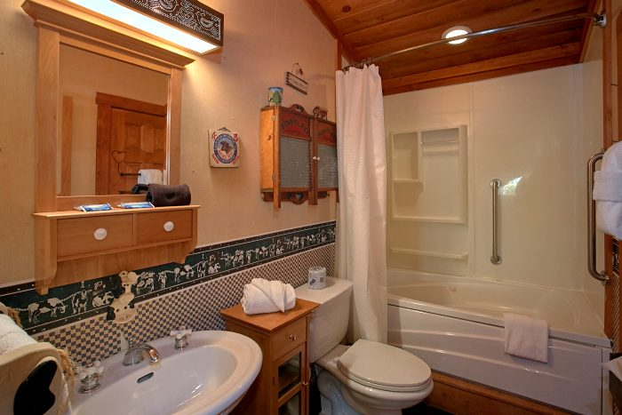 Rustic 4 Bedroom Cabin with Jacuzzi Bath tub - Ponderosa