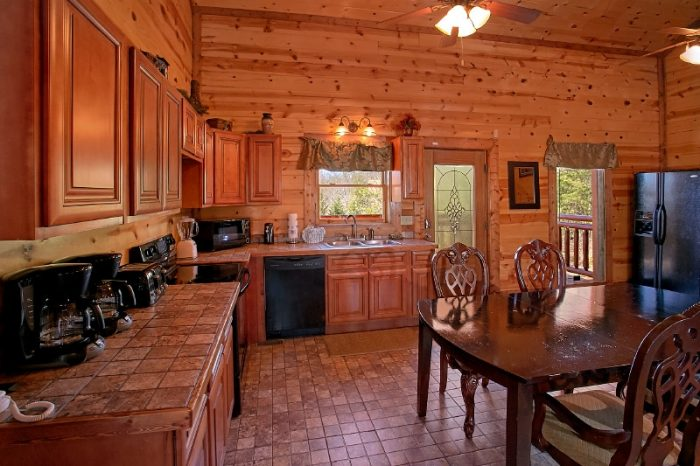 Luxurious Cabin that sleeps 24 with Full Kitchen - Pool and a View Lodge