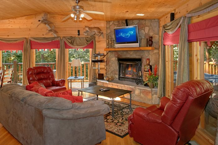 Cabin with Fireplace and Luxurious Living Room - Pool N Around