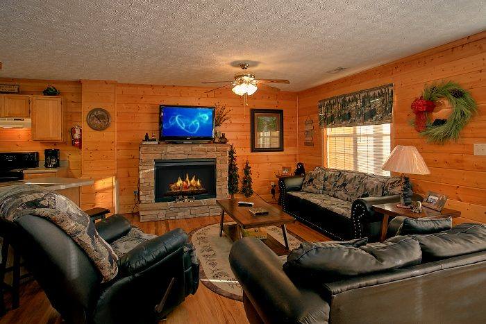 Spacious 6 Bedroom Cabin Sleeps 16 - Poolside Lodge