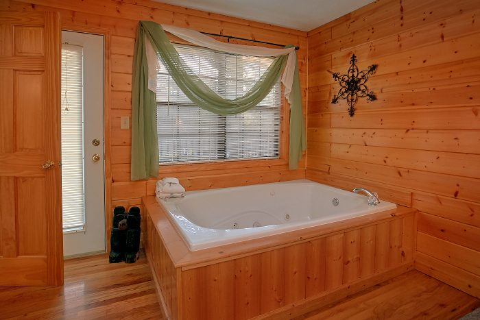 Private Jacuzzi Tub 6 Bedroom Cabin Sleeps 16 - Poolside Lodge