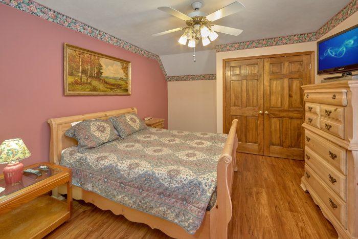 Queen Bedroom with Flatscreen TV - Rays Inn