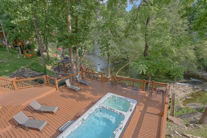Outdoor Pool 6 Bedroom Cabin Sleeps 20 - River Adventure Lodge