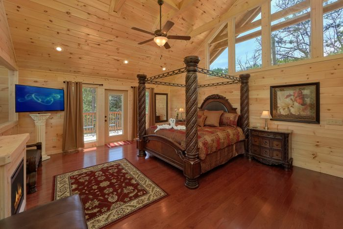 Master Suite Bed Room With Glass Wall - Scenic Mountain Pool
