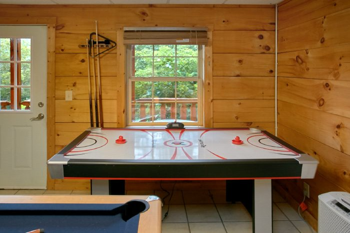Cabin with Air Hockey Game and Pool - Scenic Mountain Pool