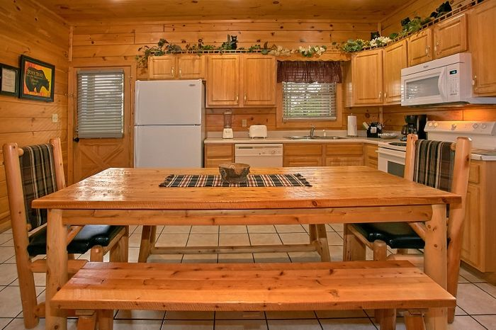 Cabin with Large Dining Table and seating for 8 - Simply Irresistible