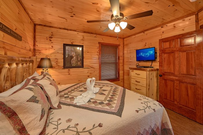 Private Bath in Master Bedroom in Rental Cabin - Splash Mountain Lodge