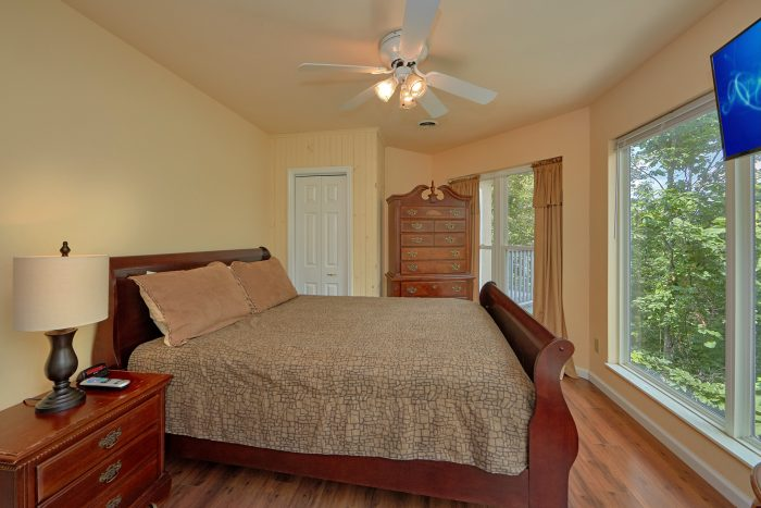 Cabin with Queen Bedroom and Private Deck - The Majestic