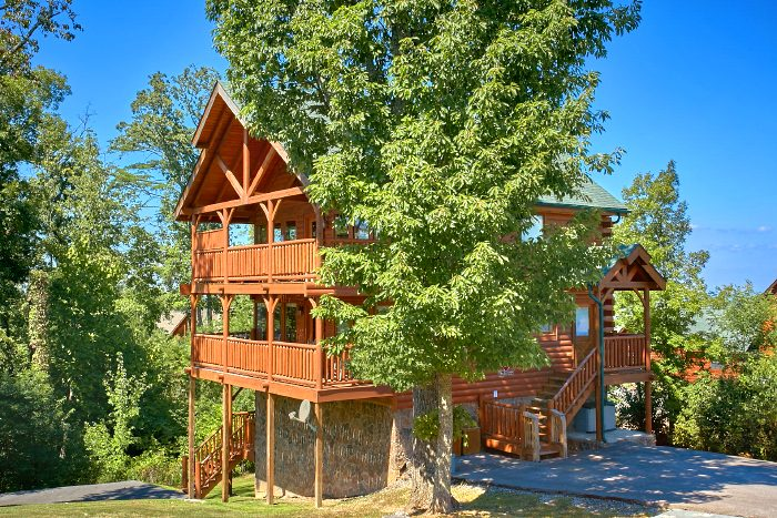 Spacious 2 Bedroom Cabin with Theater Area - The Summit