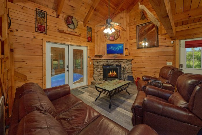 2 Bedroom Cabin with Large Fireplace and TV - The Waterlog