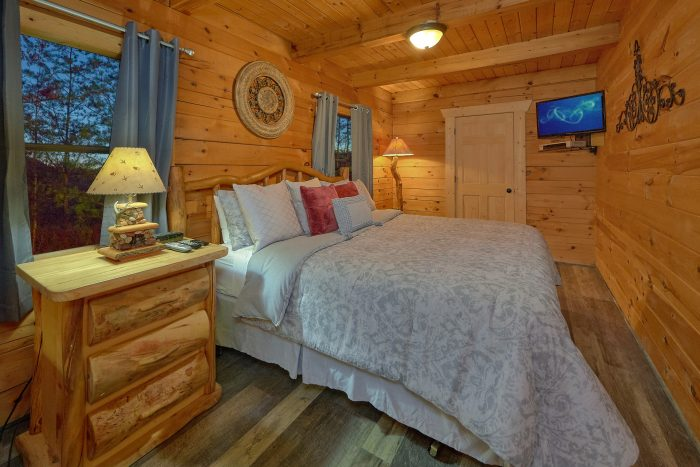 Cabin with Private Queen bedroom with TV - The Waterlog