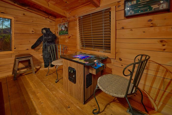 2 Bedroom Cabin with Deck, Yard and Pool - The Waterlog