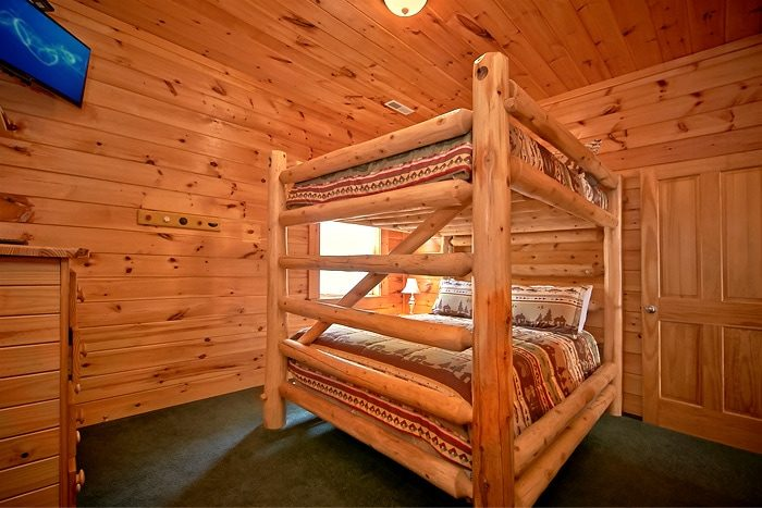 Cabin with 3 sets of queen bunk beds - Timber Lodge