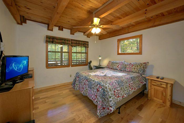 3 Bedroom Cabin Sleeps 10 Main Floor Bedroom - Wolves Den