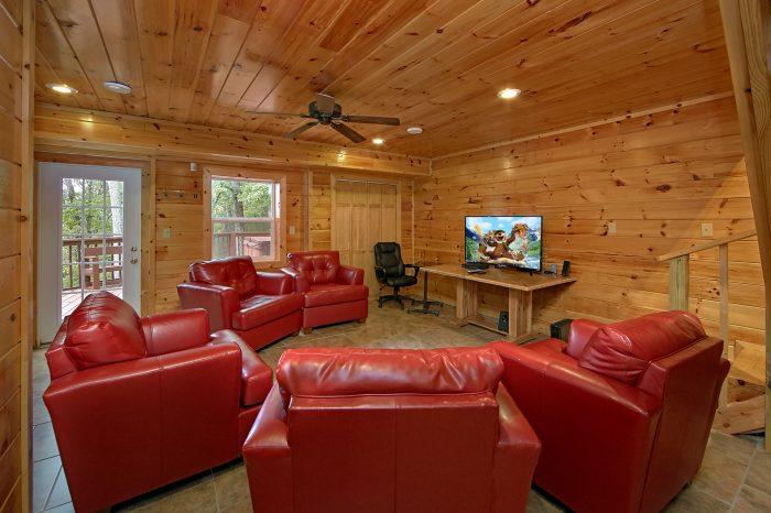 3 Bedroom Cabin Sleeps 8 w/ 50 HDTV & SS - Wolves Den